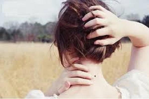nốt ruồi sau lưng phụ nữ